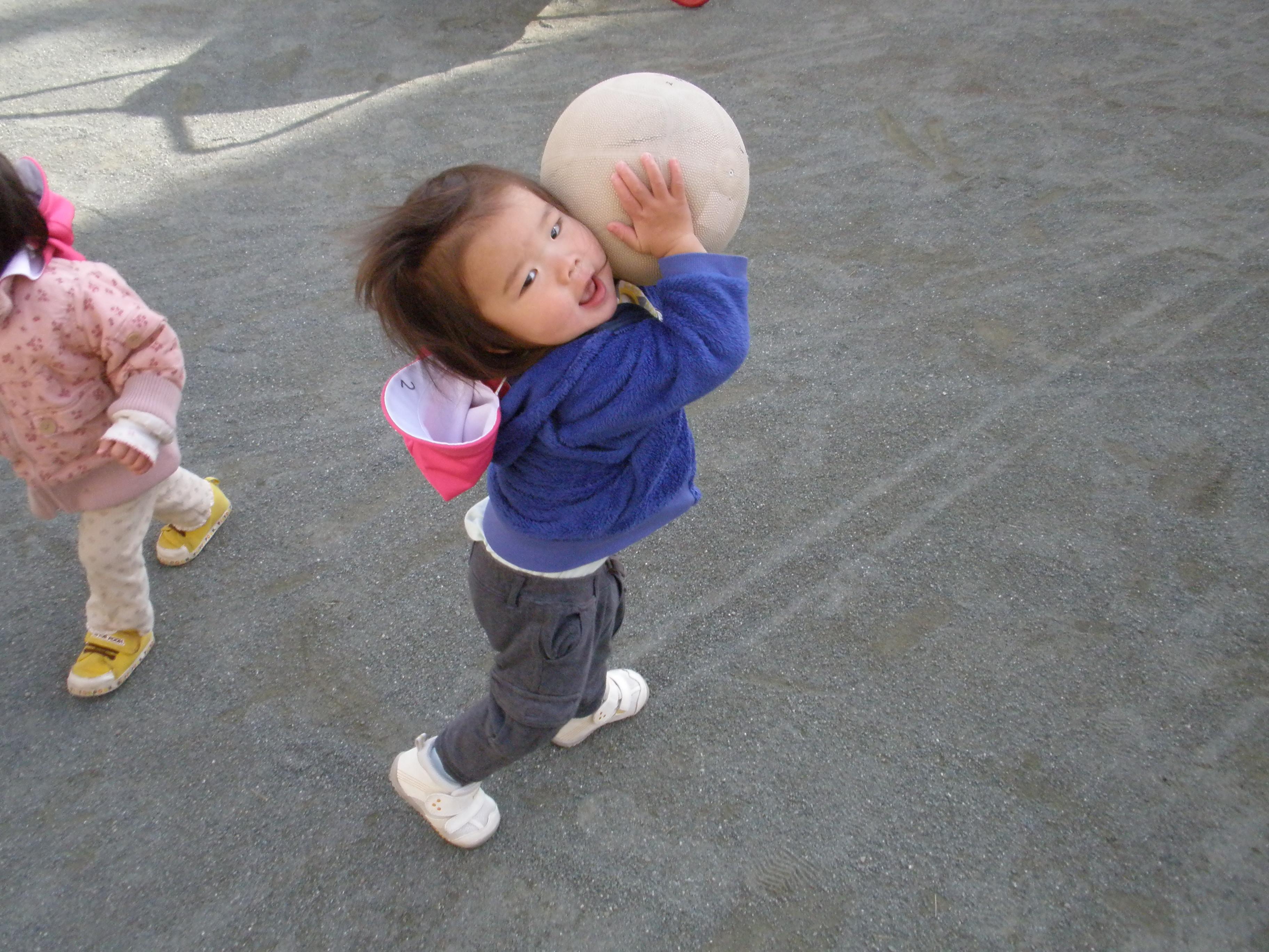 ボールをえいっ!と投げようとしてます。